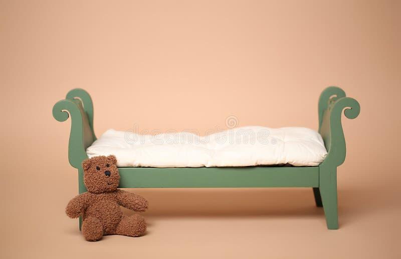被隔绝的葡萄酒婴孩床数字照片背景  免版税库存照片