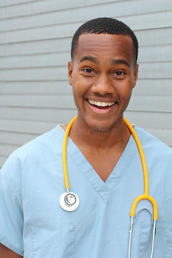 被隔绝的蓝色制服的惊奇的年轻医生 免版税库存图片