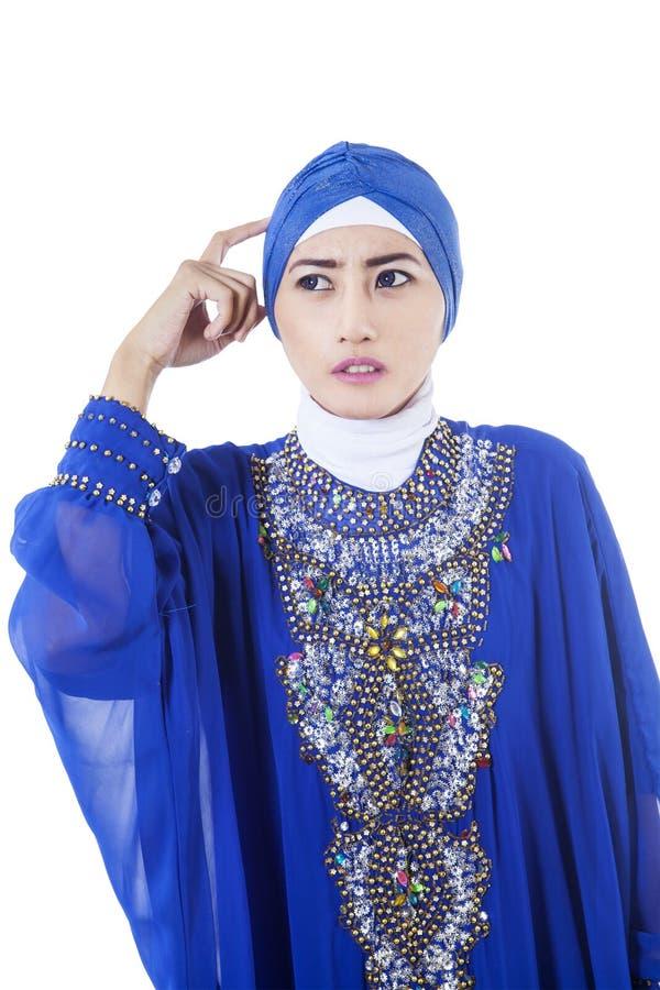 -被隔绝的蓝色礼服的迷茫的女性穆斯林 图库摄影