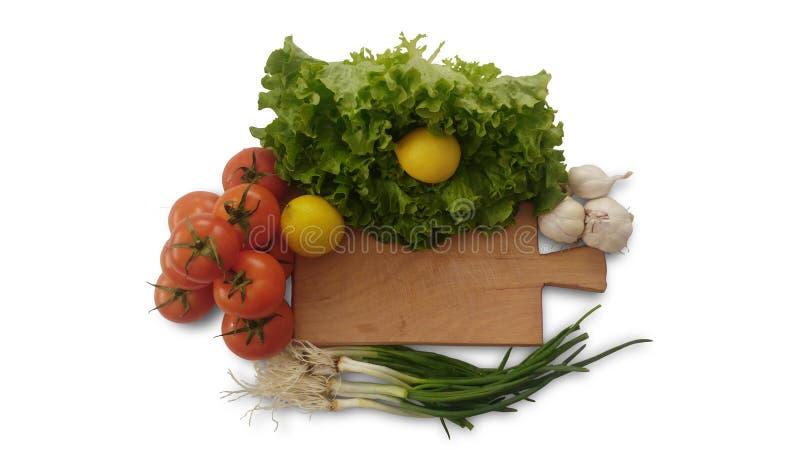 被隔绝的蕃茄、柠檬、莴苣、大蒜和新鲜的沙拉葱 图库摄影