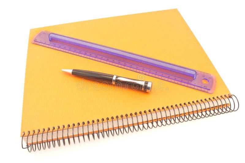 被隔绝的螺纹笔记本、笔和学校统治者 免版税库存图片