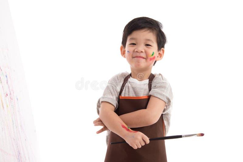 被隔绝的逗人喜爱的矮小的亚洲男孩绘画 免版税图库摄影