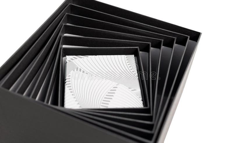 被隔绝的黑白色箱子开放螺旋礼物 库存照片
