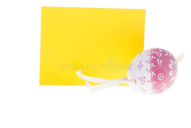 被隔绝的黄色愿望卡片和复活节彩蛋细节  免版税库存照片