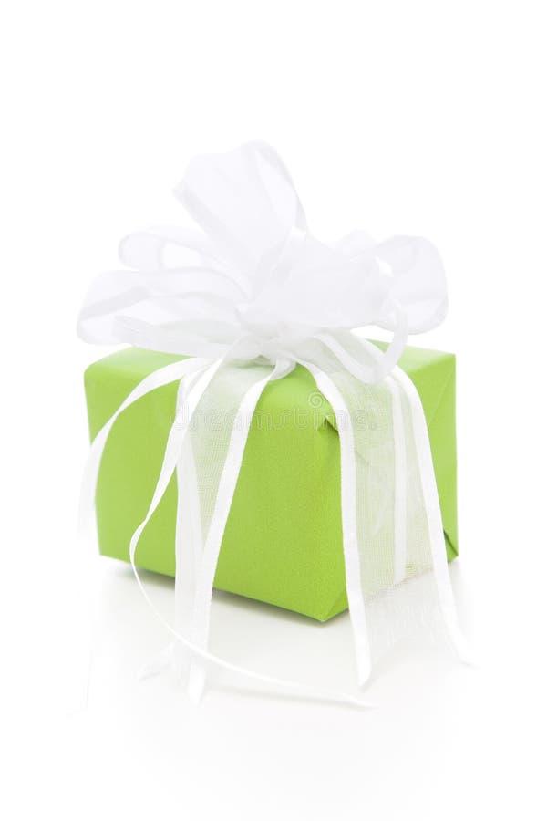 被隔绝的绿色giftbox栓与白色丝带 免版税库存图片
