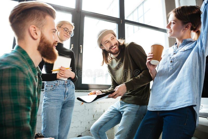 被集中的同事在办公室谈话互相 库存图片