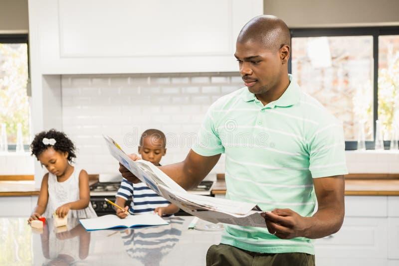 被集中的父亲读书纸 免版税库存图片