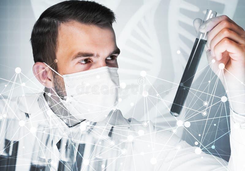 被集中的男性科学家画象与试剂一起使用在实验室 免版税库存照片