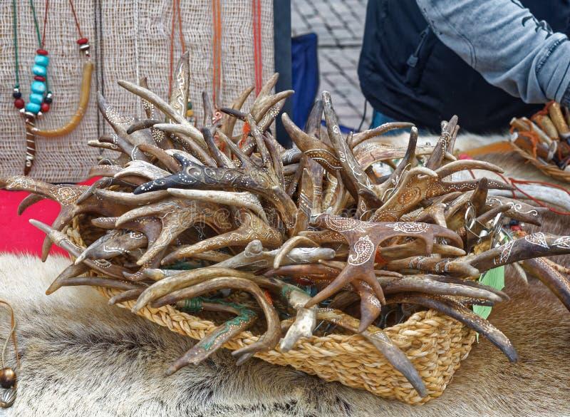 被雕刻的和被绘的鹿鹿角在市场上在芬兰 图库摄影