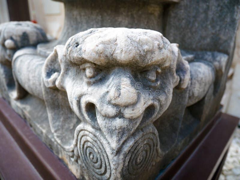 被雕刻的和装饰的资本,与动物图,卡尔穆修道院  免版税库存图片