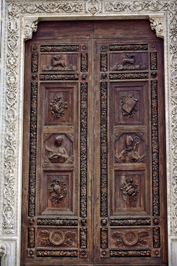 被雕刻的大教堂croce门佛罗伦萨木的圣Ŧ 库存图片