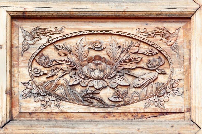 被雕刻的花纹花样木头 库存照片