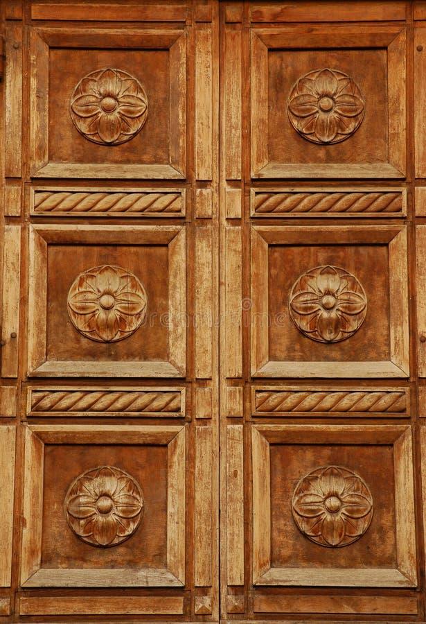 被雕刻的门佛罗伦萨木的意大利 免版税库存照片