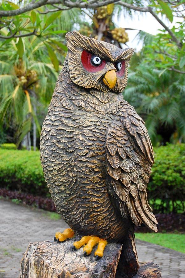 被雕刻的猫头鹰雕塑 库存照片