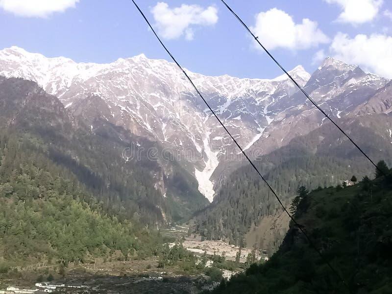 被雪复盖的山的美好的焕发在马纳利喜马偕尔邦的在印度 免版税库存图片