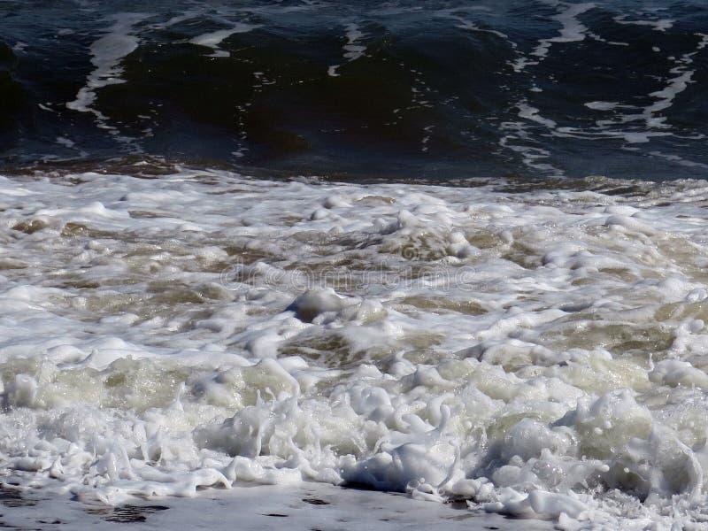 被鞭打的波浪爱尔兰 免版税库存图片