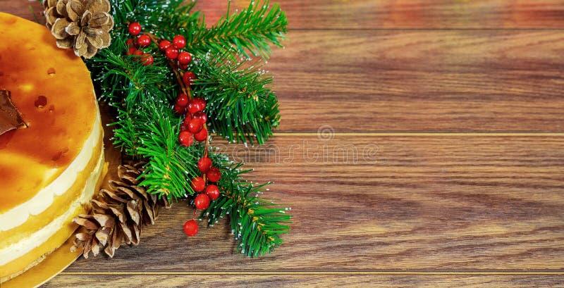 被鞭打的白色的蛋糕,圣诞节装饰, 免版税库存图片