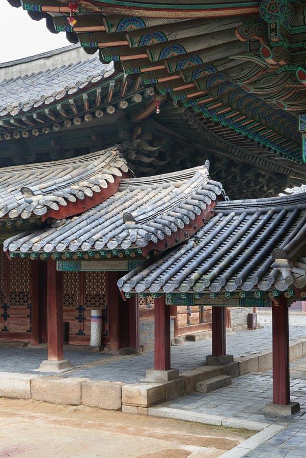 被顶房顶的走廊在Changgyeonggung 免版税库存图片