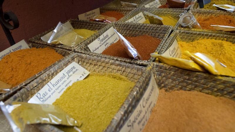 被预先包装的东方传统调味品和草本,香料商店,地方市场 免版税库存图片