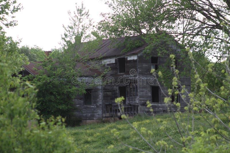 被风化的农舍2019年 免版税库存图片
