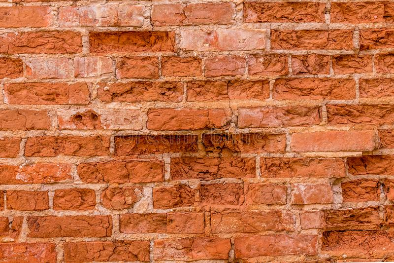 被风化的打破的红砖墙壁 库存照片