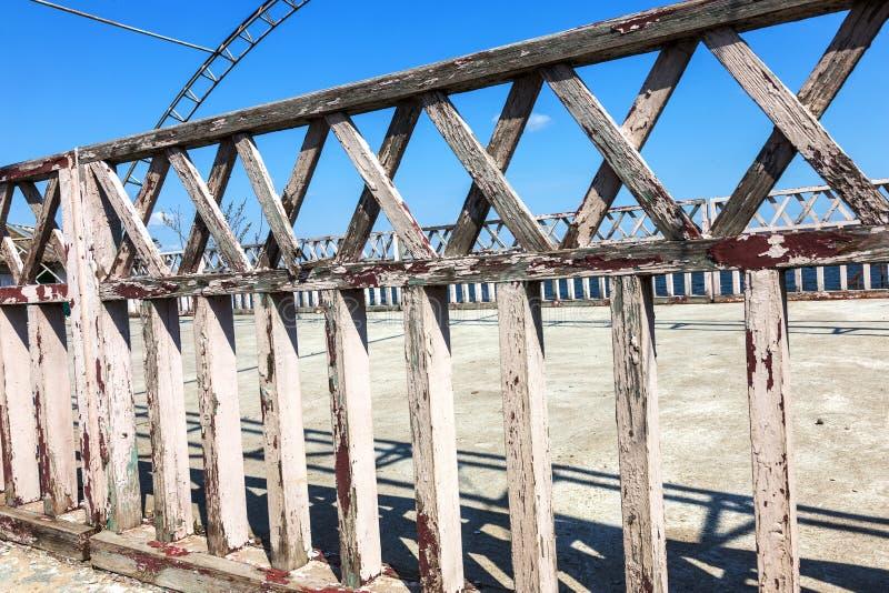 被风化的木墙壁纹理  由板条垂直的平的板条做的年迈的木篱芭 老木发怒篱芭背景  库存图片