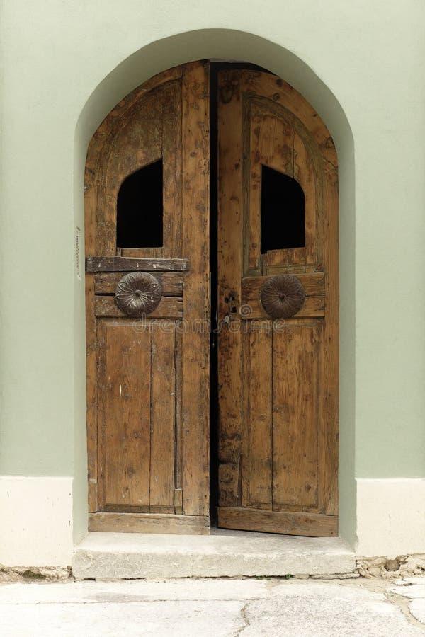被风化的木门在彼得罗瓦拉丁,塞尔维亚 库存照片