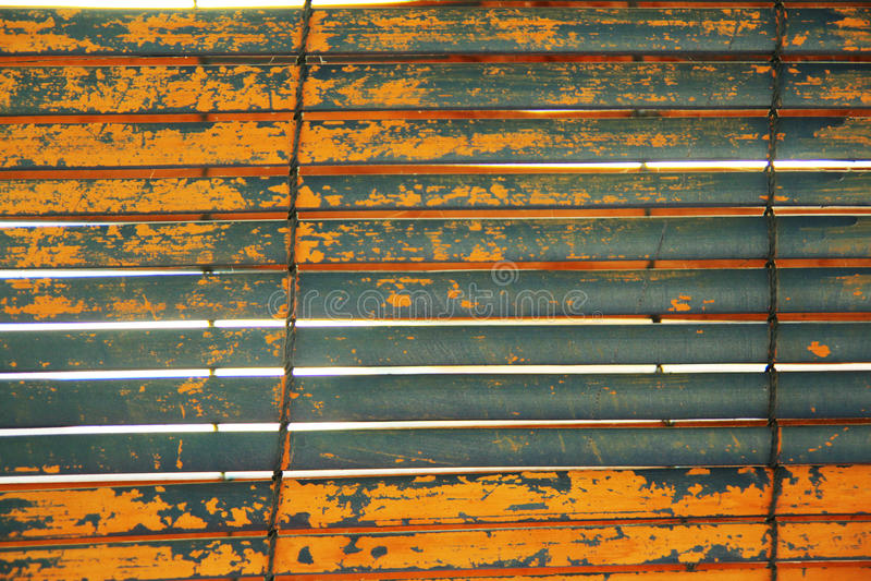 被风化的灰色和橙色快门 免版税库存图片