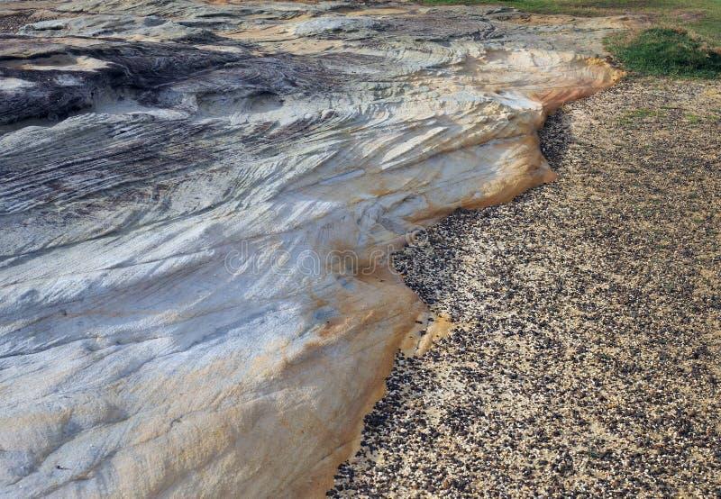 被风化的砂岩露出海边峭壁 免版税库存图片