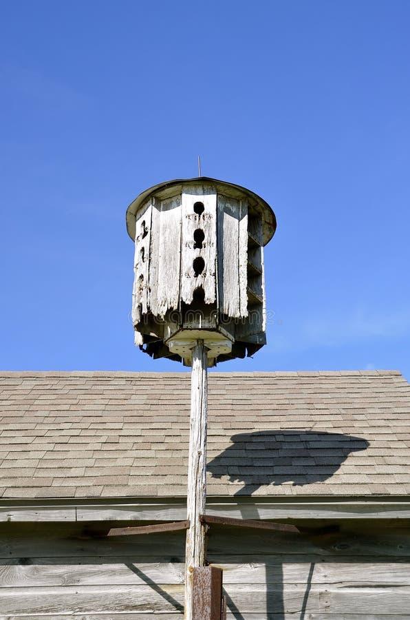 被风化的老被环绕的公寓鸟舍 免版税库存照片