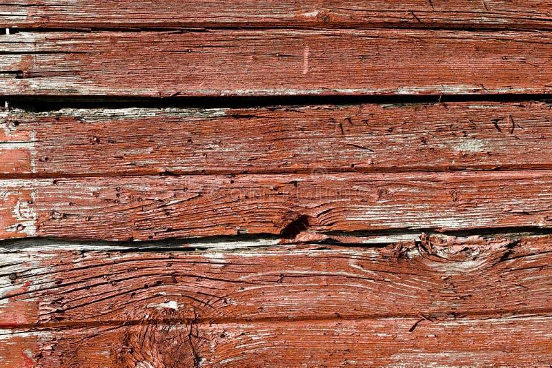 被风化的被佩带的红色谷仓木房屋板壁 库存照片