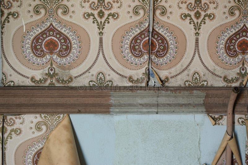 被风化的被撕毁的墙壁和葡萄酒贴墙纸 免版税图库摄影