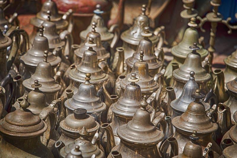 被风化的金属茶壶的汇集在市场摊位的待售 免版税库存图片