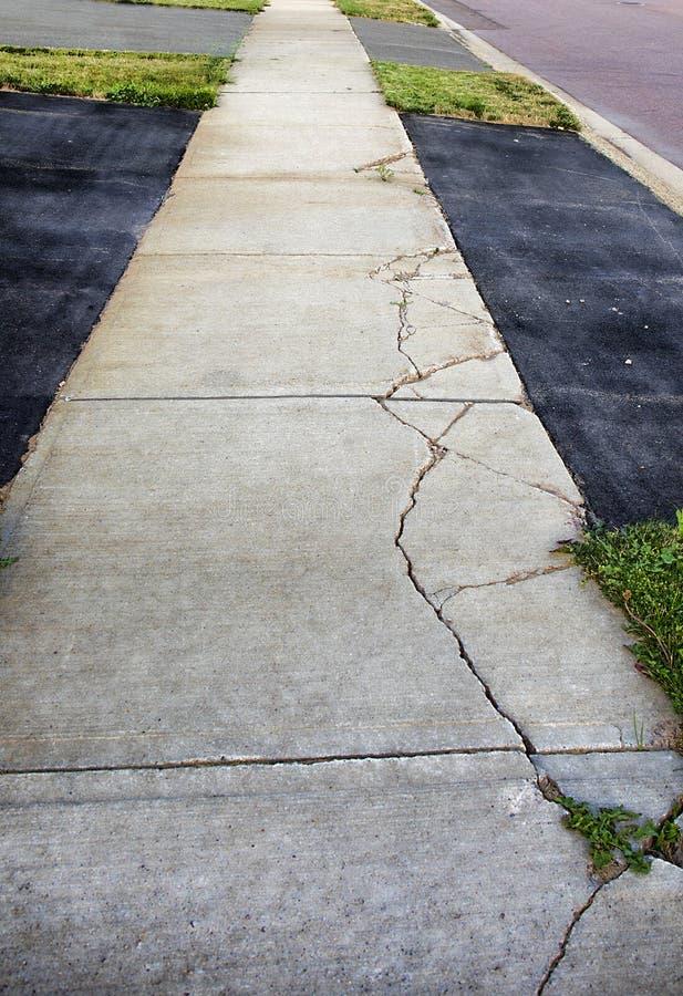 被风化的,打破的水泥边路 库存图片