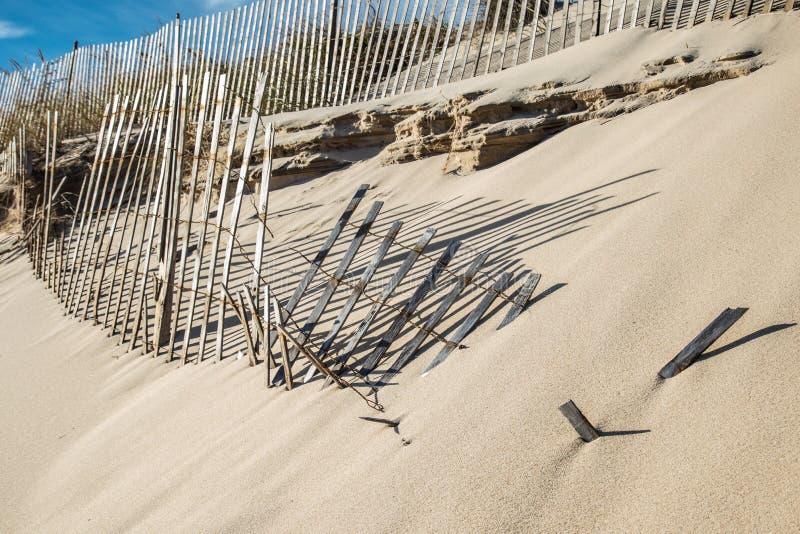 被风吹扫沙丘篱芭,东汉普顿纽约 免版税库存图片