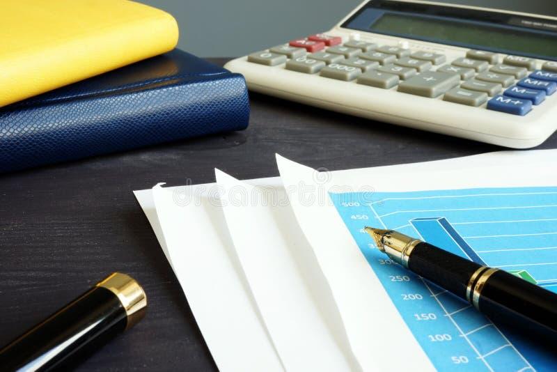 被验核 事务或财政报告和计算器 免版税库存图片