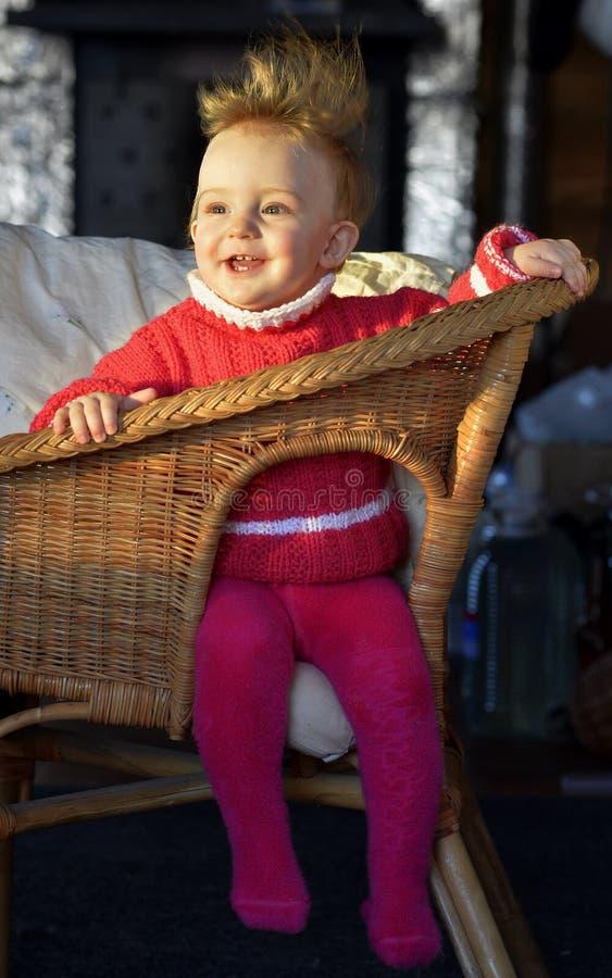 被翻动的hairdress 笑的小女孩的画象椅子的 免版税图库摄影