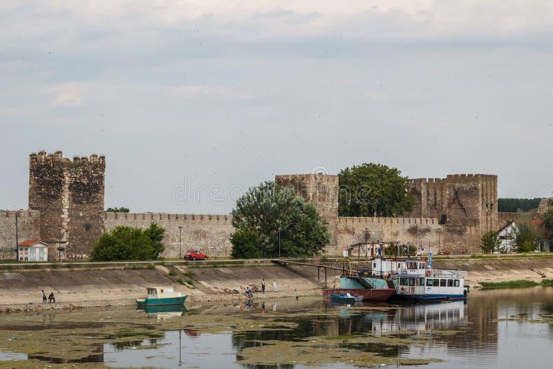 被破坏的中世纪堡垒在斯梅代雷沃 免版税库存图片