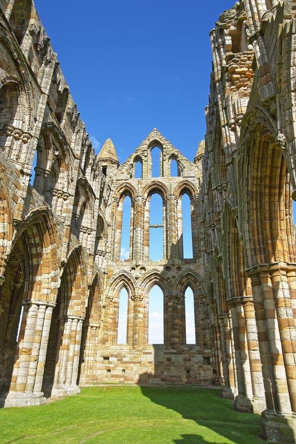 被破坏的内在墙壁Whitby修道院在北约克郡在英国 库存照片