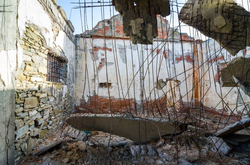 从被破坏的工厂里边的看法 免版税库存图片