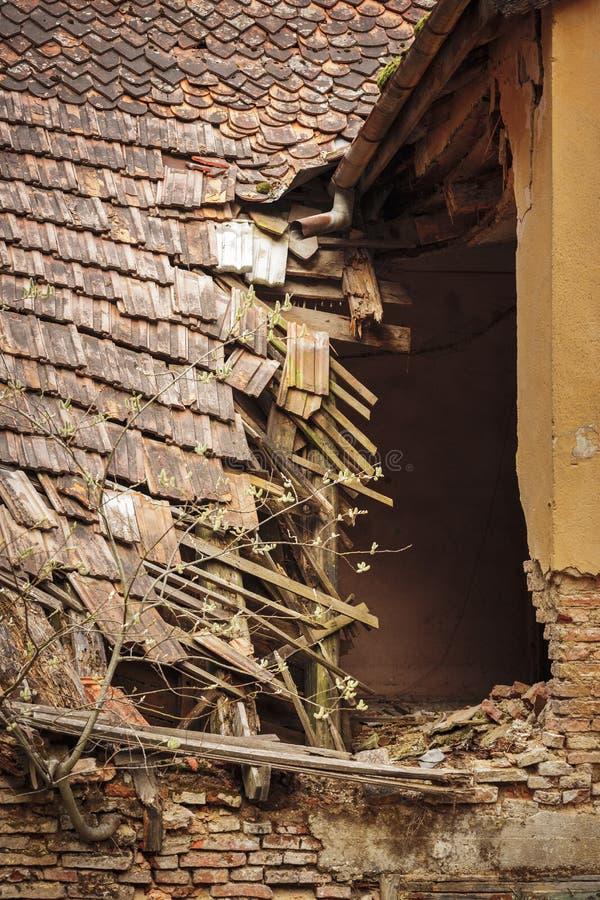 被破坏的房子瓦屋顶 免版税库存图片