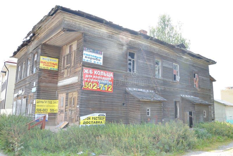 被破坏的老木大厦在沃洛格达州的中部 库存图片