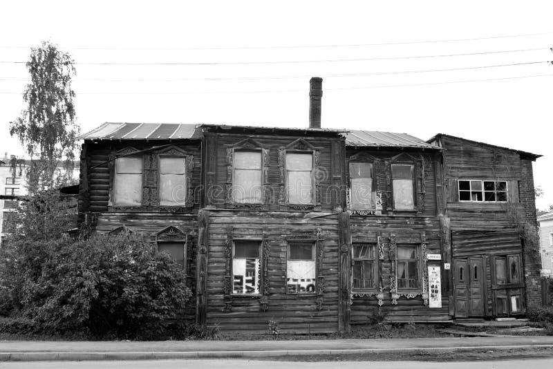 被破坏的老木大厦在沃洛格达州的中部 免版税图库摄影