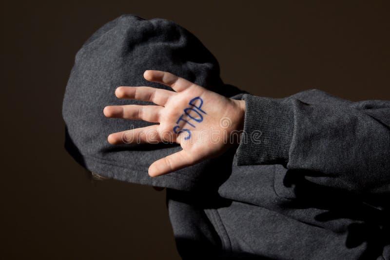 被滥用的青少年与中止手jesture 免版税库存照片