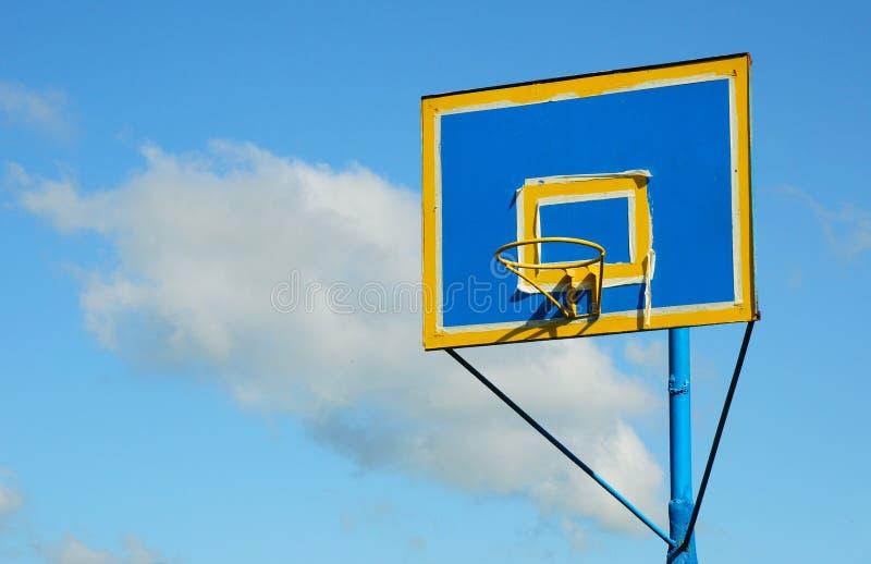 被绘的新的五颜六色的蓝球板和篮球篮反对 库存照片