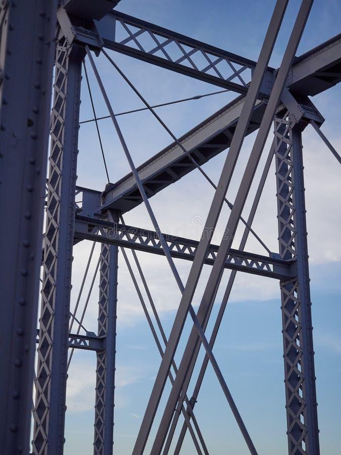 被绘的被铆牢的桥梁细节反对蓝天的 库存照片