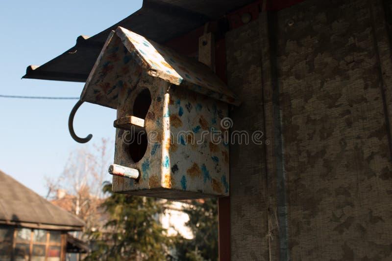被绘的鸟房子 免版税库存图片