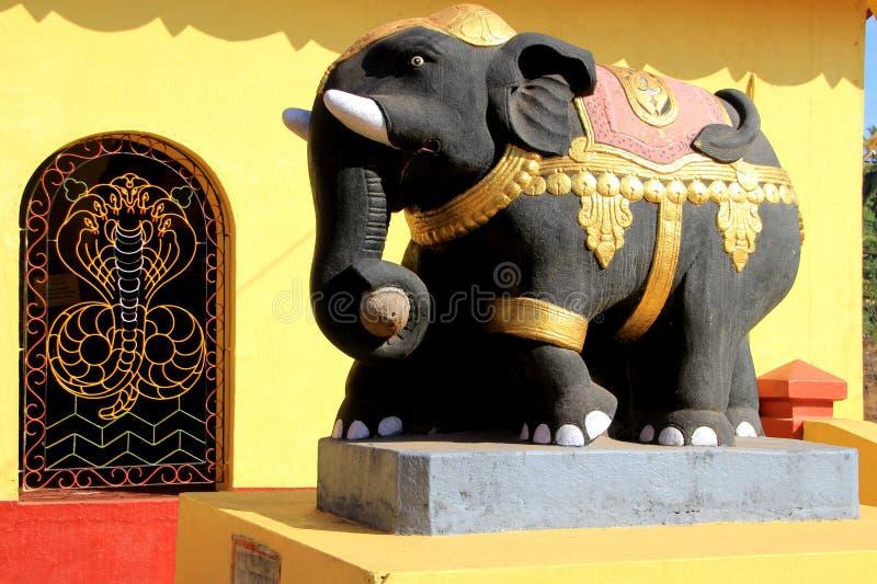 被绘的水泥大象 免版税库存图片