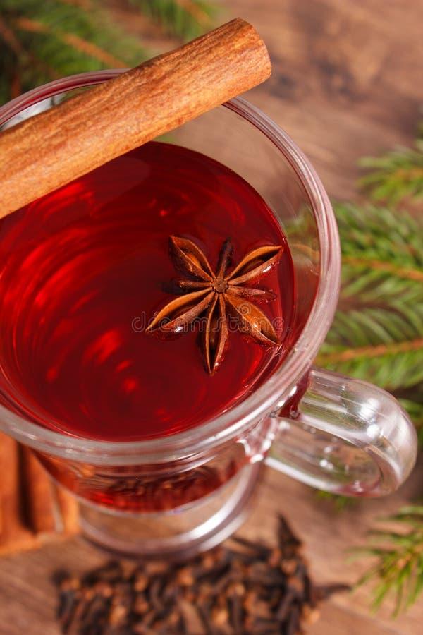Download 被仔细考虑的酒为圣诞节或冬天晚上用香料和云杉的分支 库存图片. 图片 包括有 装饰, 阿诺德, 季节性, 打赌的人 - 62530457