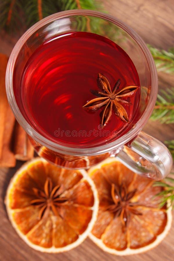 Download 被仔细考虑的酒为圣诞节或冬天晚上用香料和云杉的分支 库存图片. 图片 包括有 橙色, 装饰, 圣诞节, 形状 - 62530505
